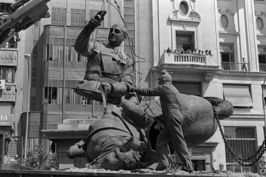 desmontaje estatua de Franco