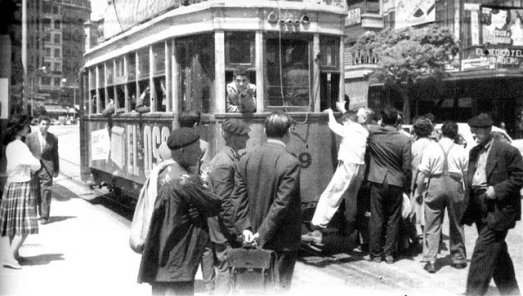 1957, Tranvía número 89. Hora punta en Plaza del caudillo