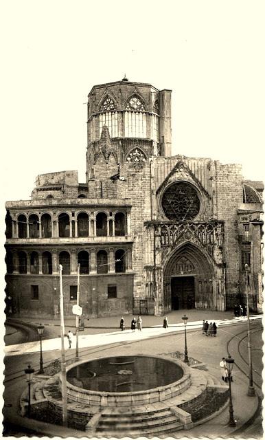 Años 50, plaza de la Virgen con la fuente, la puerta de los Apostóles y el Cimborrio de la Catedral.